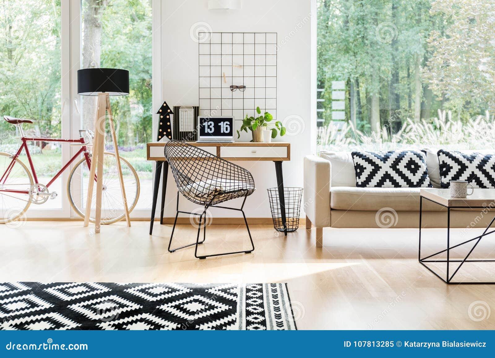 Καρέκλα διαμαντιών στο ξύλινο γραφείο