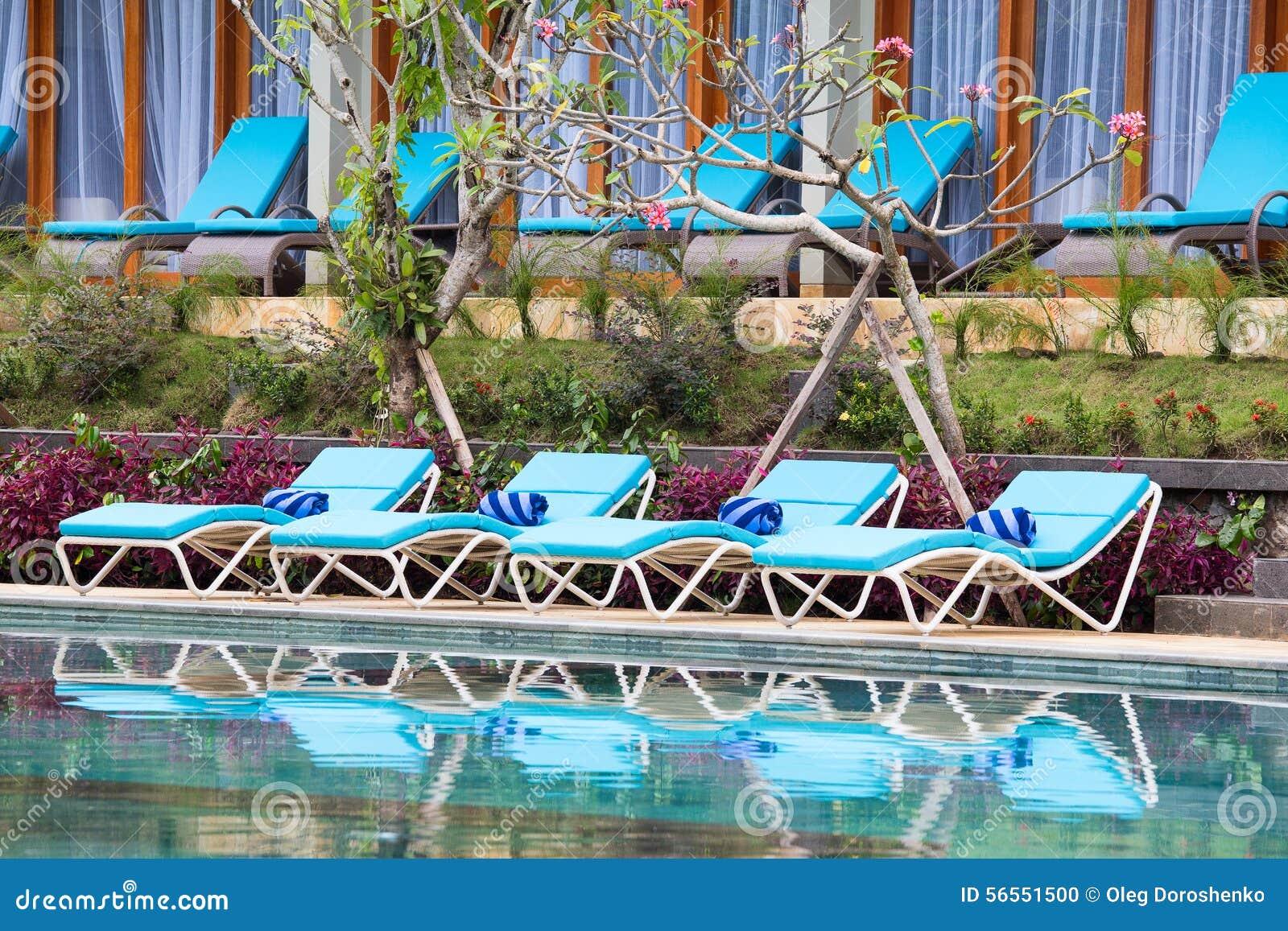 Download Καρέκλες παραλιών χαλάρωσης και πισίνα Στοκ Εικόνες - εικόνα από φυσικός, παράδεισος: 56551500