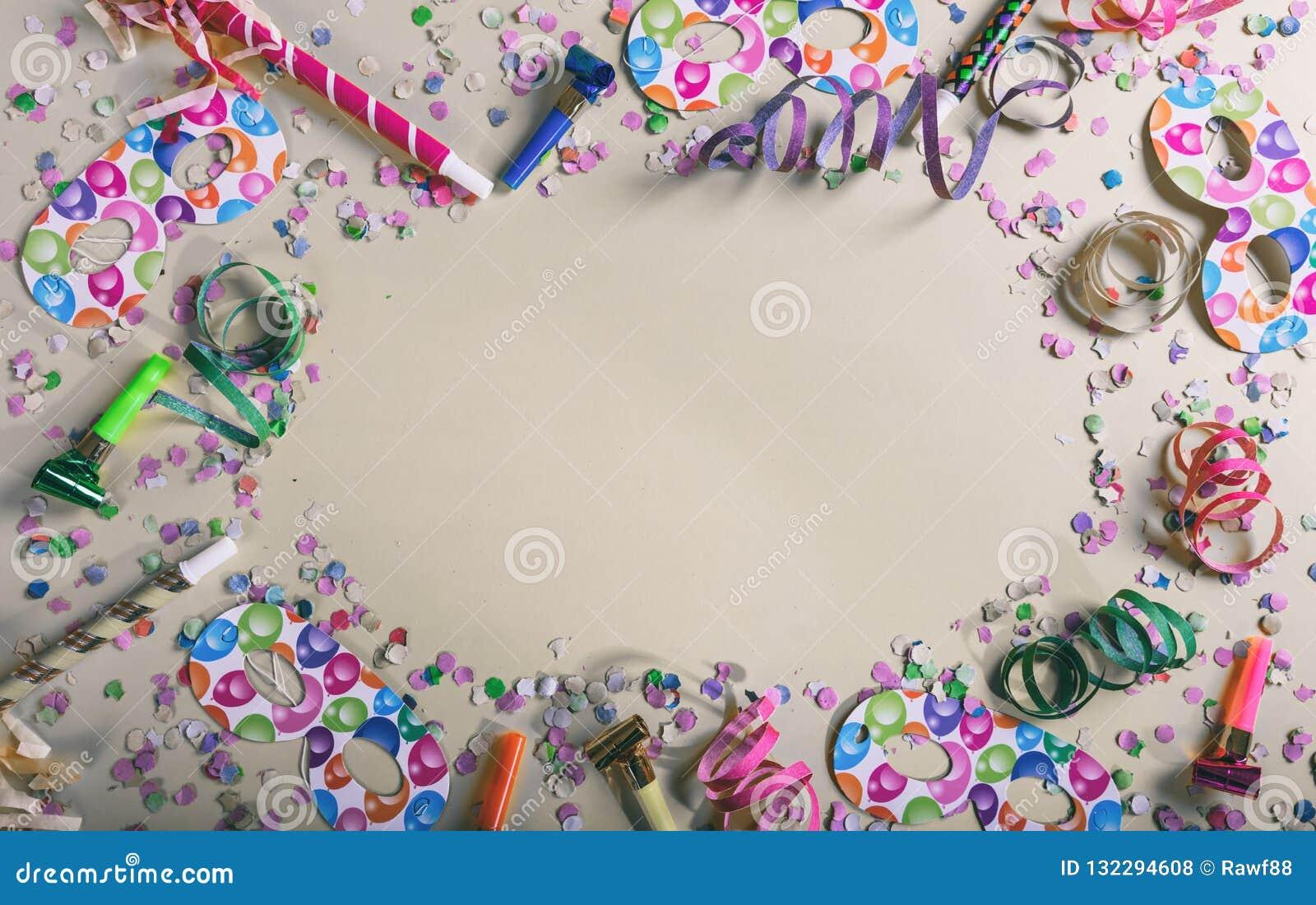 Καρναβάλι ή γιορτή γενεθλίων Κομφετί και serpentines στο γκρίζο υπόβαθρο κρητιδογραφιών