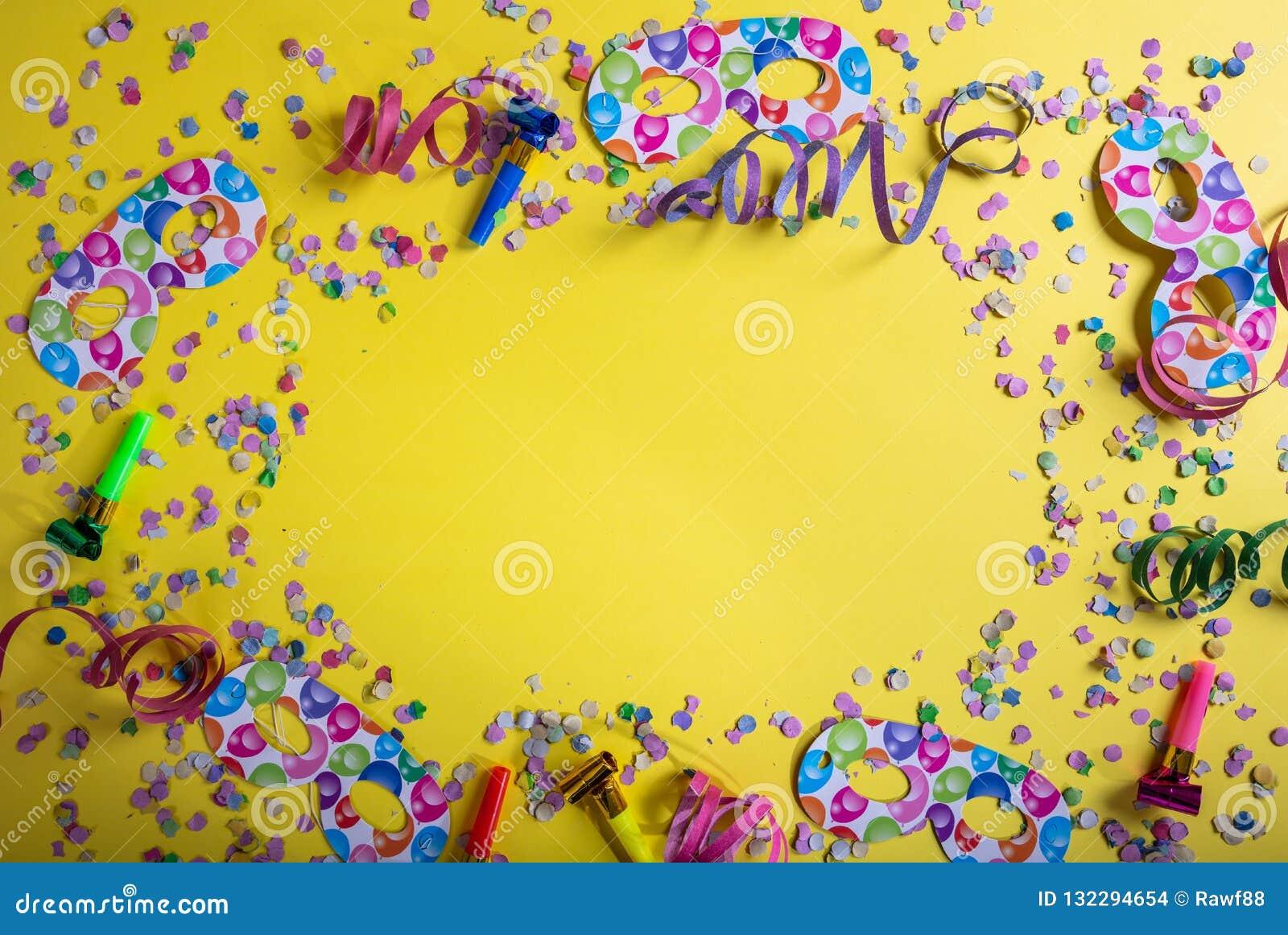 Καρναβάλι ή γιορτή γενεθλίων Κομφετί και serpentines στο φωτεινό κίτρινο υπόβαθρο