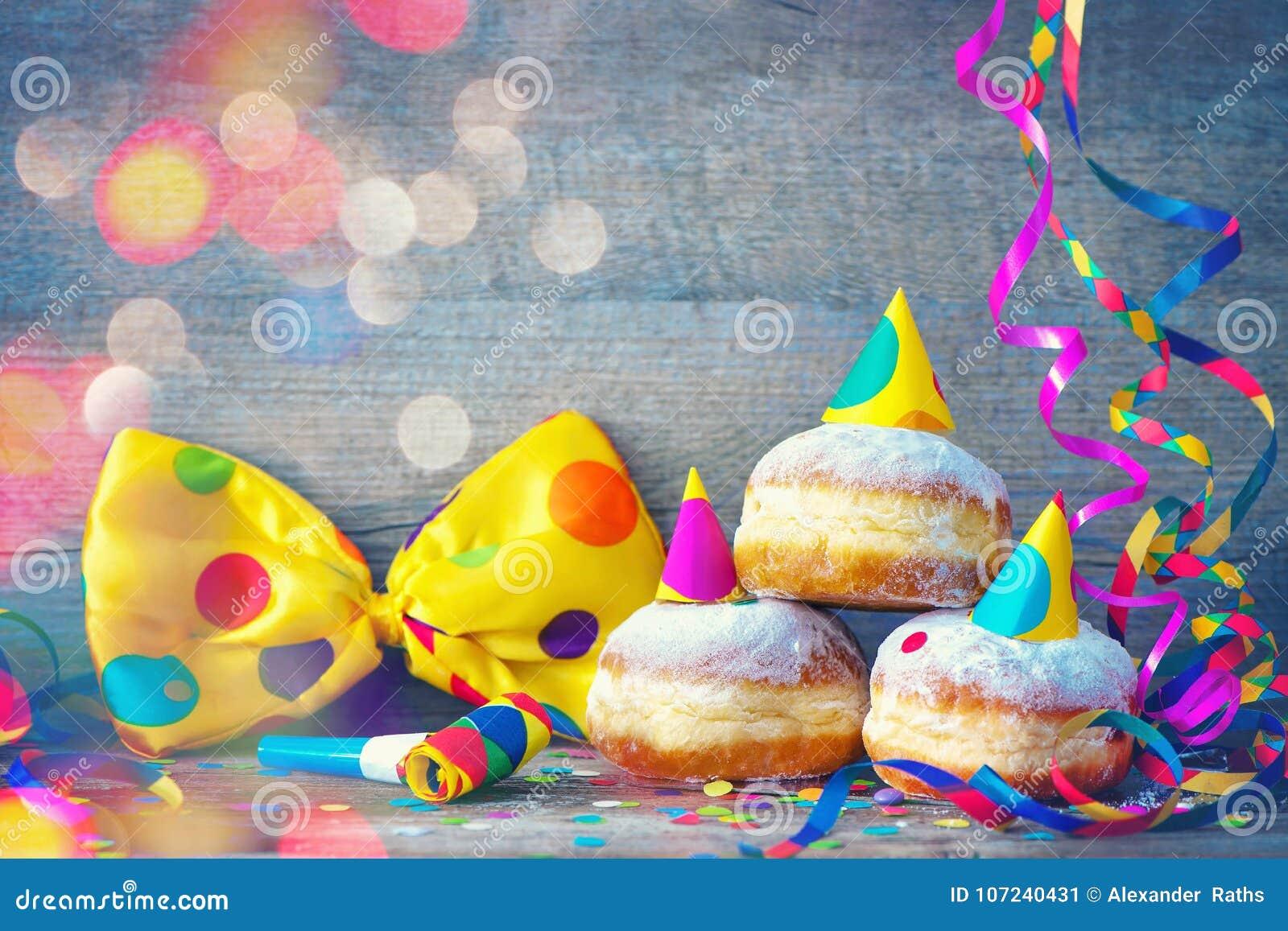 Καρναβάλι donuts με τις ταινίες εγγράφου και το δεσμό τόξων κομμάτων