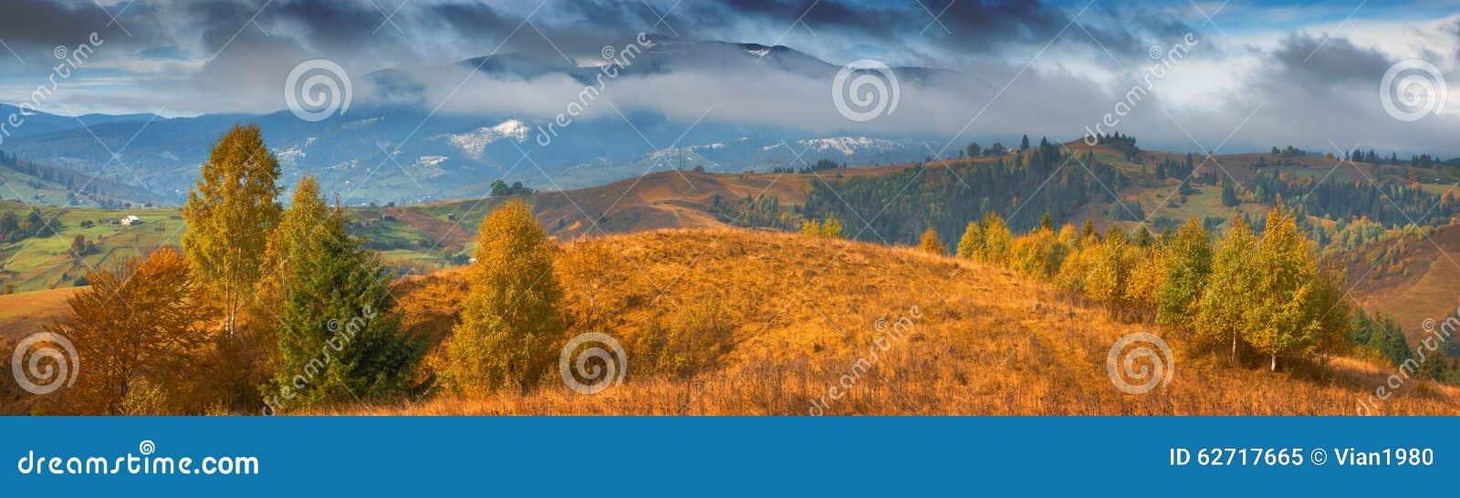 Καρπάθια κοιλάδα βουνών φθινοπώρου