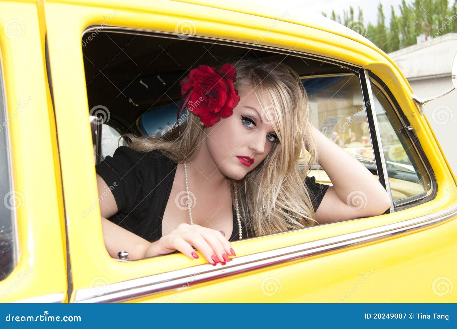 Καρφίτσα επάνω στο κορίτσι και το κλασικό αυτοκίνητο