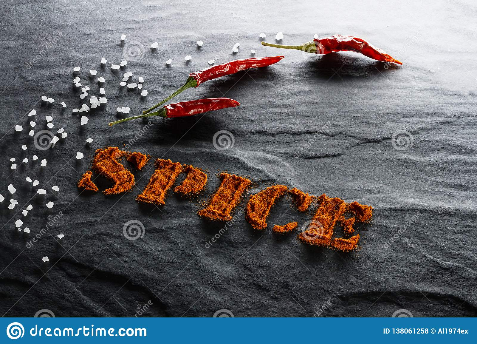 καρύκευμα Επίγεια πάπρικα, πιπέρι τσίλι και αλατισμένος στενός επάνω θάλασσας