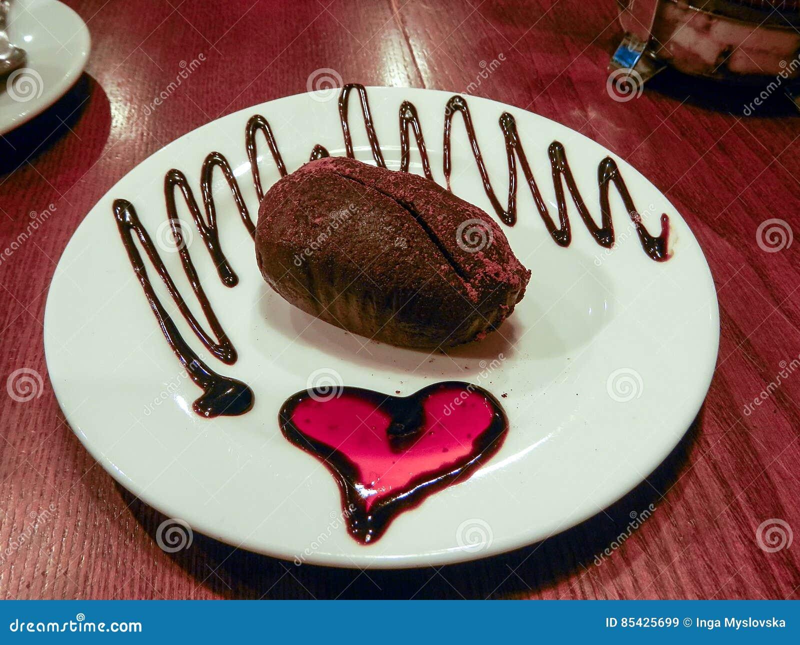 Καρδιά μαρμελάδας πιάτων κέικ σοκολάτας