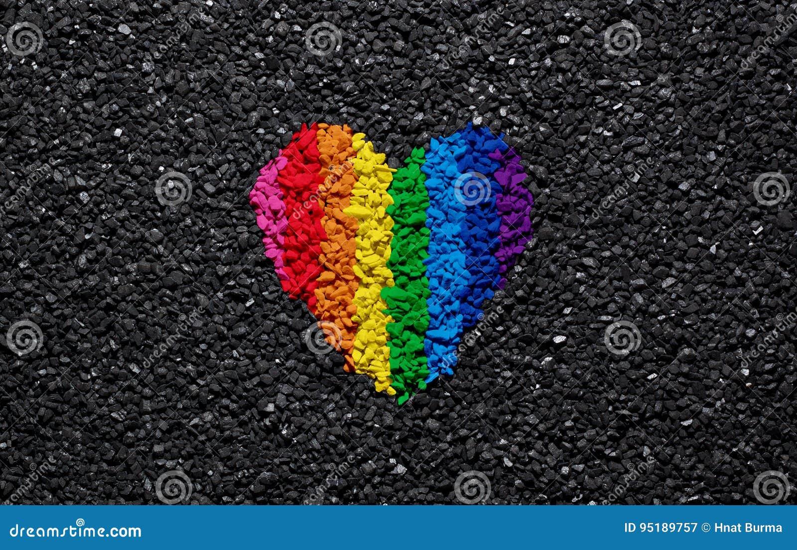 Καρδιά ουράνιων τόξων στο μαύρα υπόβαθρο, το αμμοχάλικο και το βότσαλο, χρώματα LGBT, ταπετσαρία αγάπης, βαλεντίνος