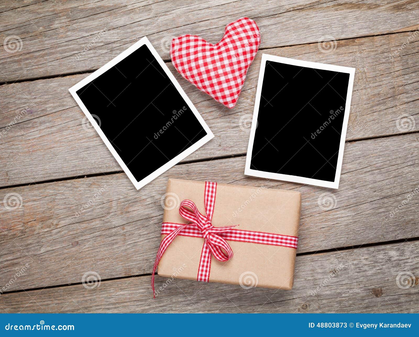 Καρδιά παιχνιδιών ημέρας βαλεντίνων, κενά πλαίσια φωτογραφιών και κιβώτιο δώρων