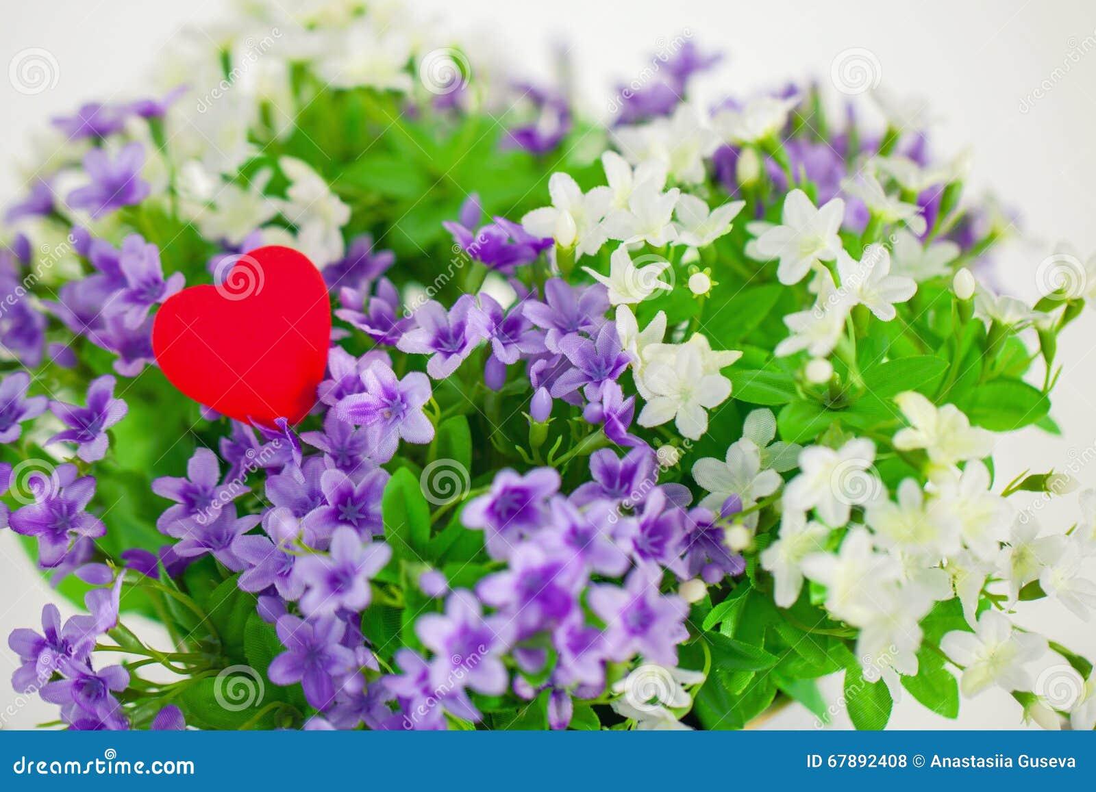 Καρδιά, σύμβολο της αγάπης στα μικρά λουλούδια ανθοδεσμών