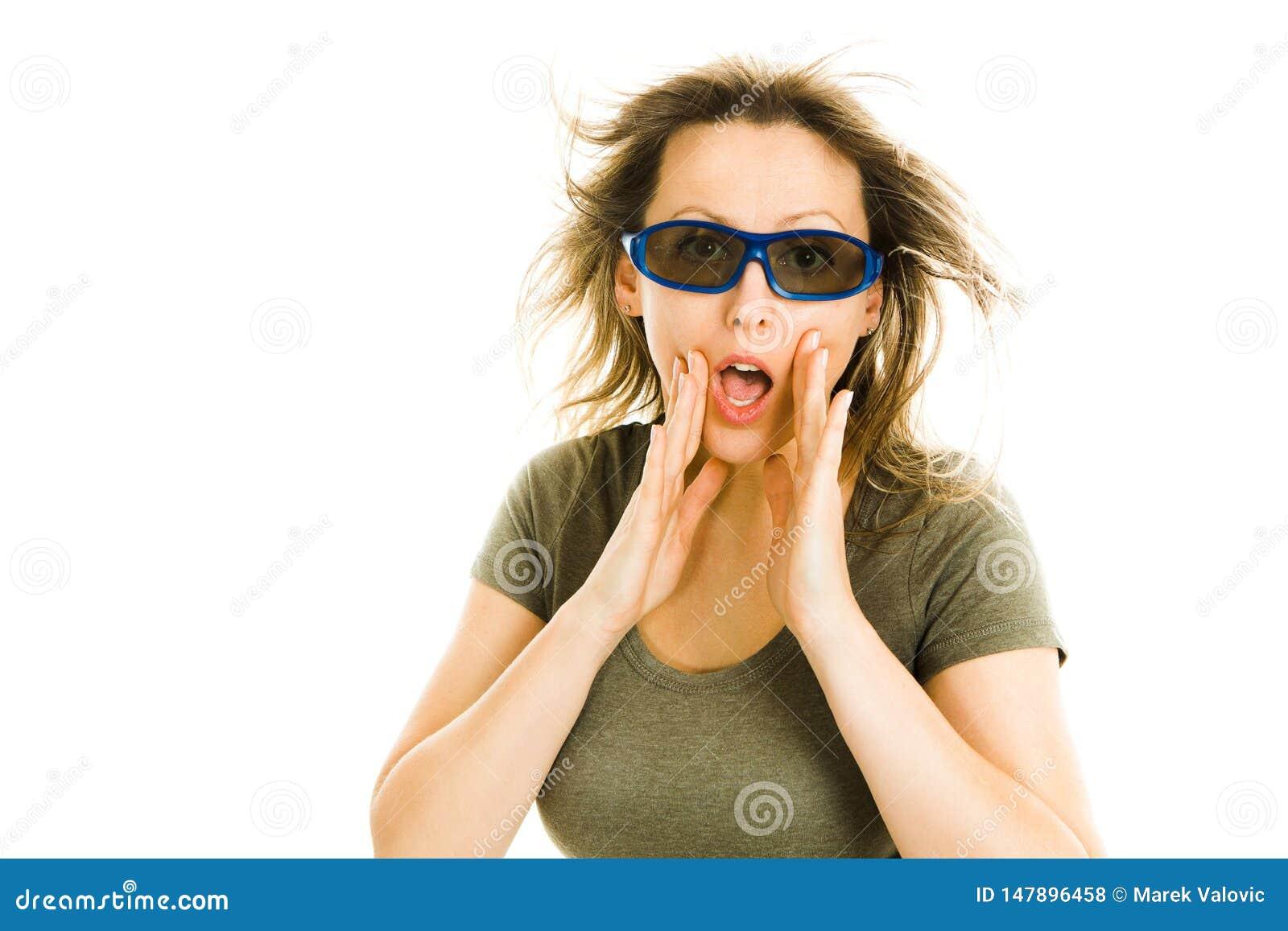 Κατάπληκτη γυναίκα στον κινηματογράφο που φορά τα τρισδιάστατα γυαλιά που δοκιμάζουν την επίδραση κινηματογράφων 5D - φοβησμένος