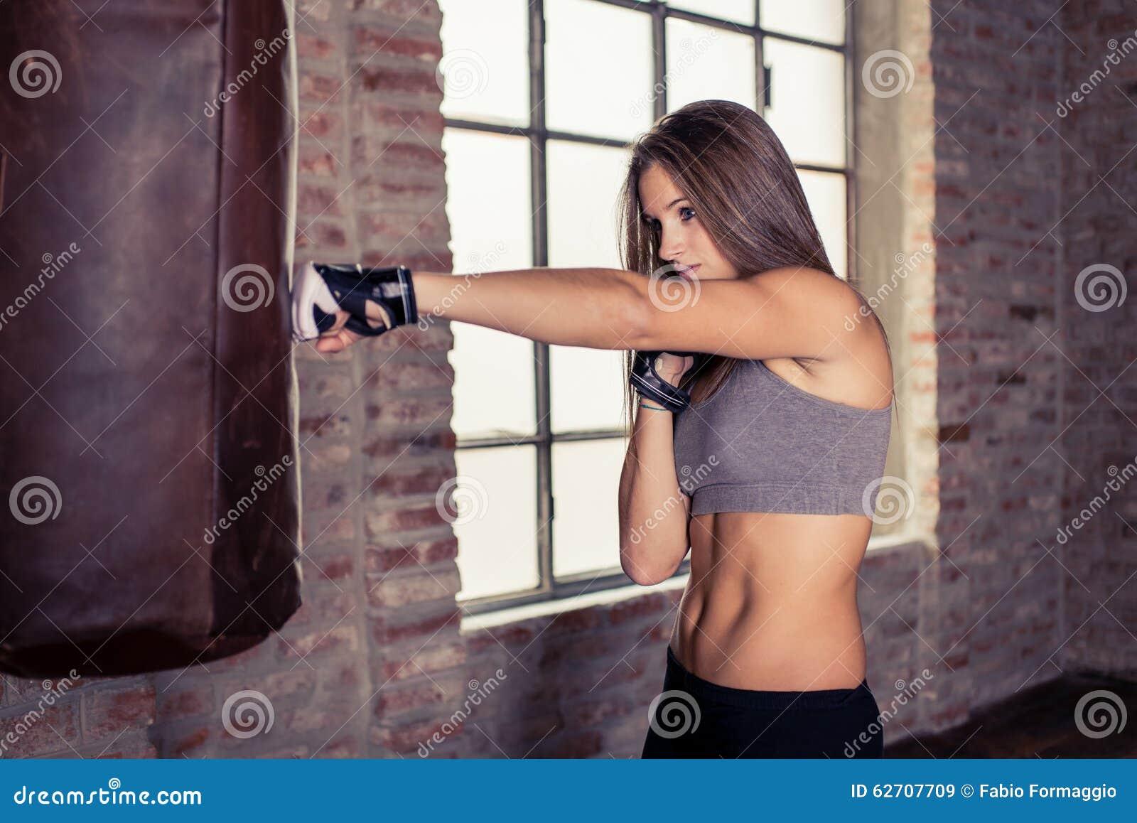 Κατάρτιση μαχητών γυναικών στη βαριά τσάντα