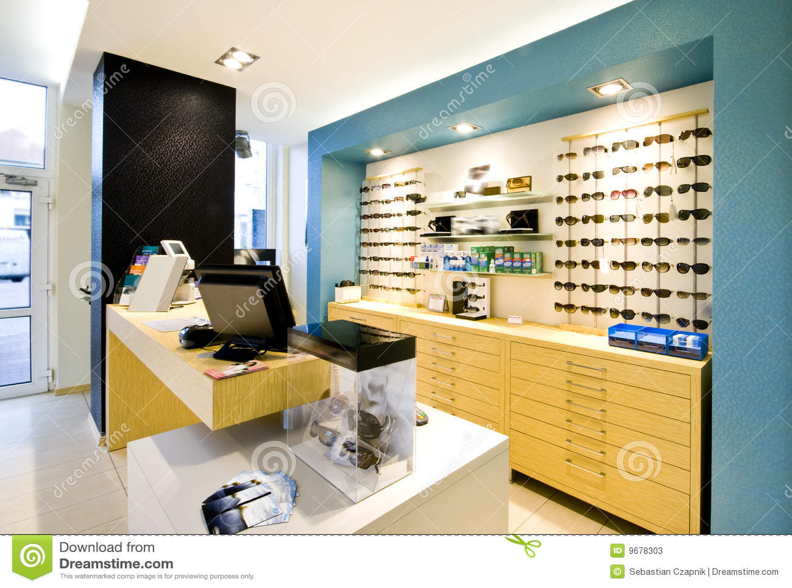 d88f3dc635 αντίθετο eyeglasses παρουσίασης βασικό κατάστημα οπτικών. Φωτογραφία ...