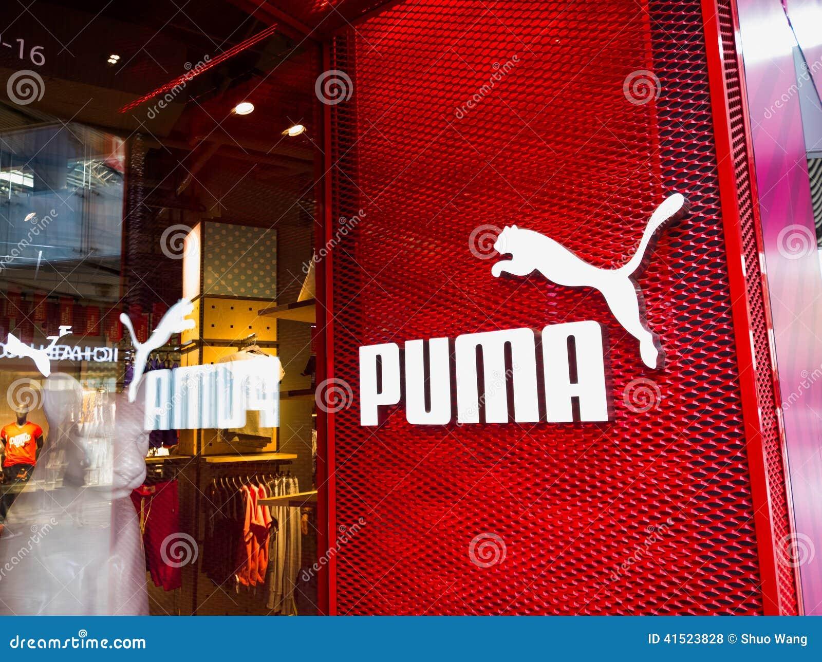 a75e09548e Κατάστημα Puma σε ένα σύγχρονο κτήριο. Οι Σχεδιαστές Επέλεξαν Επίσης αυτές  τις Στοκ Φωτογραφίες