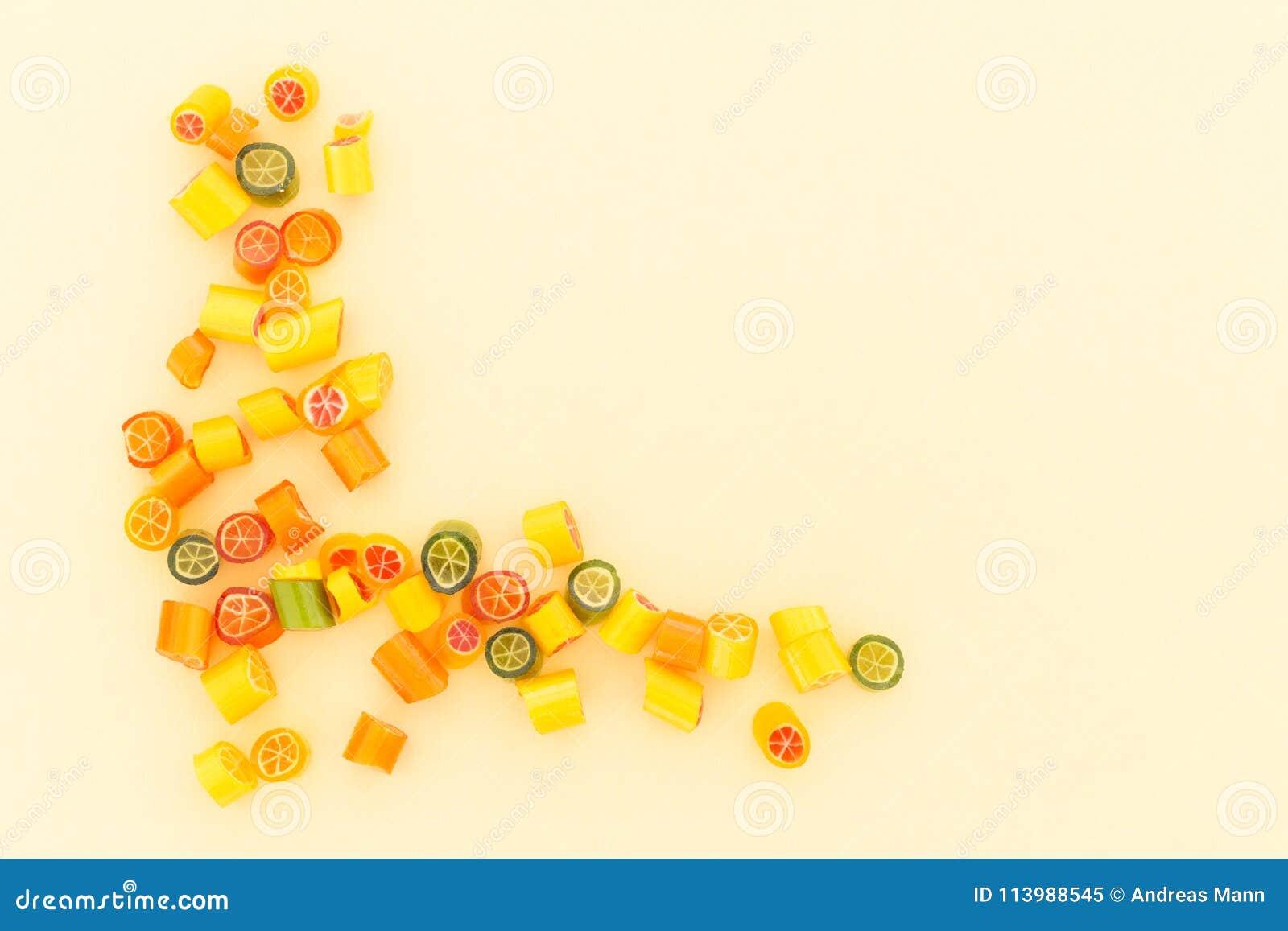 Κατάταξη της ζωηρόχρωμης καραμέλας στο κίτρινο υπόβαθρο
