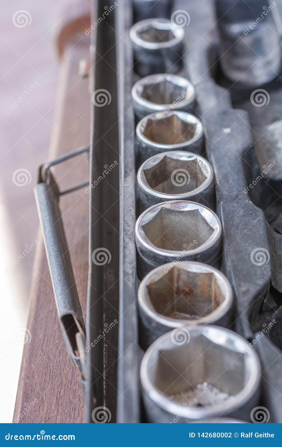 Κατάταξη των καρυδιών σε ένα παλαιό σύνολο γαλλικών κλειδιών υποδοχών