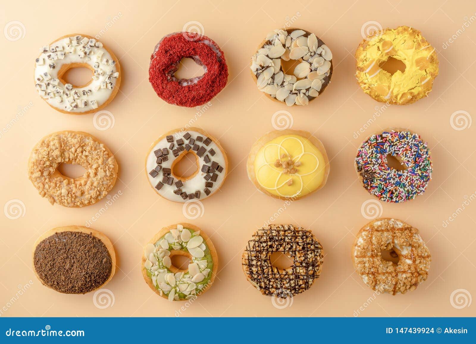 Κατάταξη των donuts στο πορτοκαλί υπόβαθρο