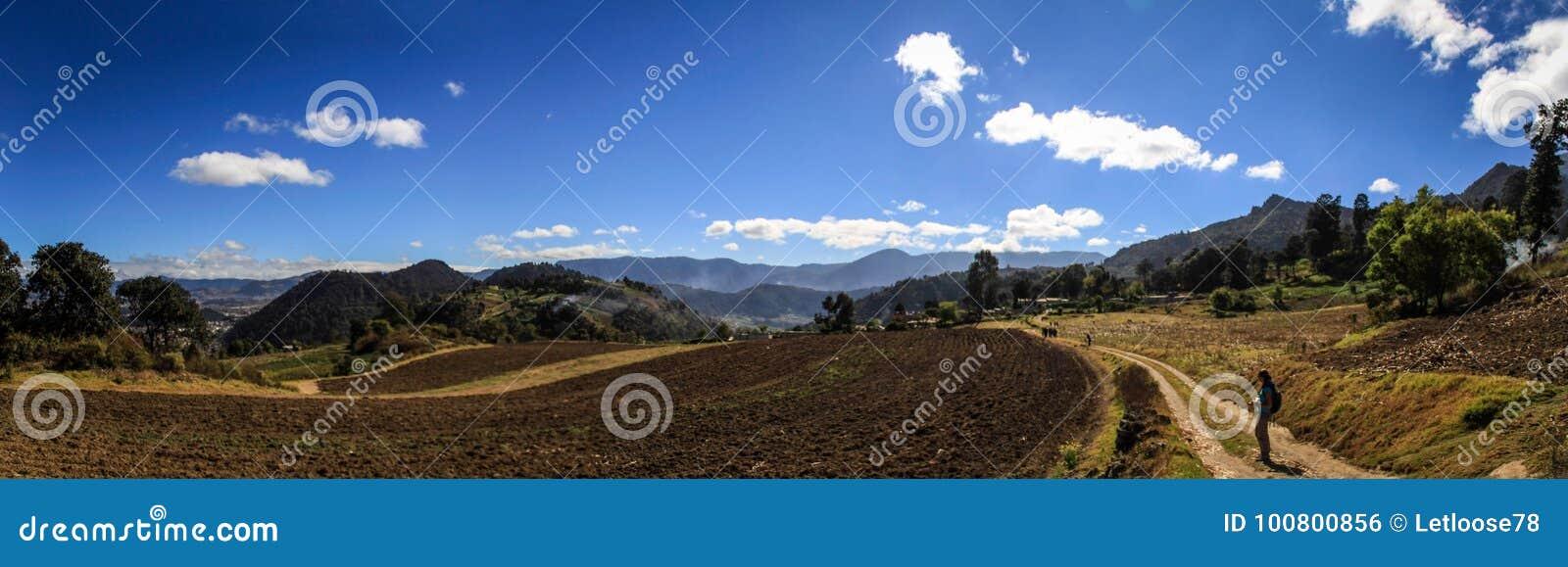 Κατά τη διαδρομή cerro Quemado, πανοραμική άποψη στους περιβάλλοντες τομείς και τα βουνά, Quetzaltenango, Γουατεμάλα