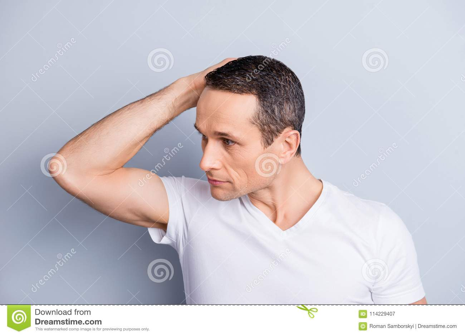 Κατά το ήμισυ γυρισμένο πρόσωπο του καθιερώνοντος τη μόδα, πεπειραμένου, καθιερώνοντος τη μόδα, τακτοποιημένου, μοντέρνου μ