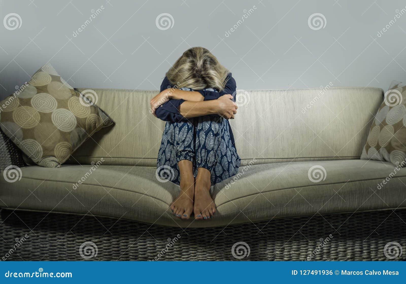 Καταθλιπτική και ανήσυχη όμορφη ξανθή γυναίκα που υφίσταται το συναίσθημα κρίσης κατάθλιψης και ανησυχίας που ματαιώνεται και που