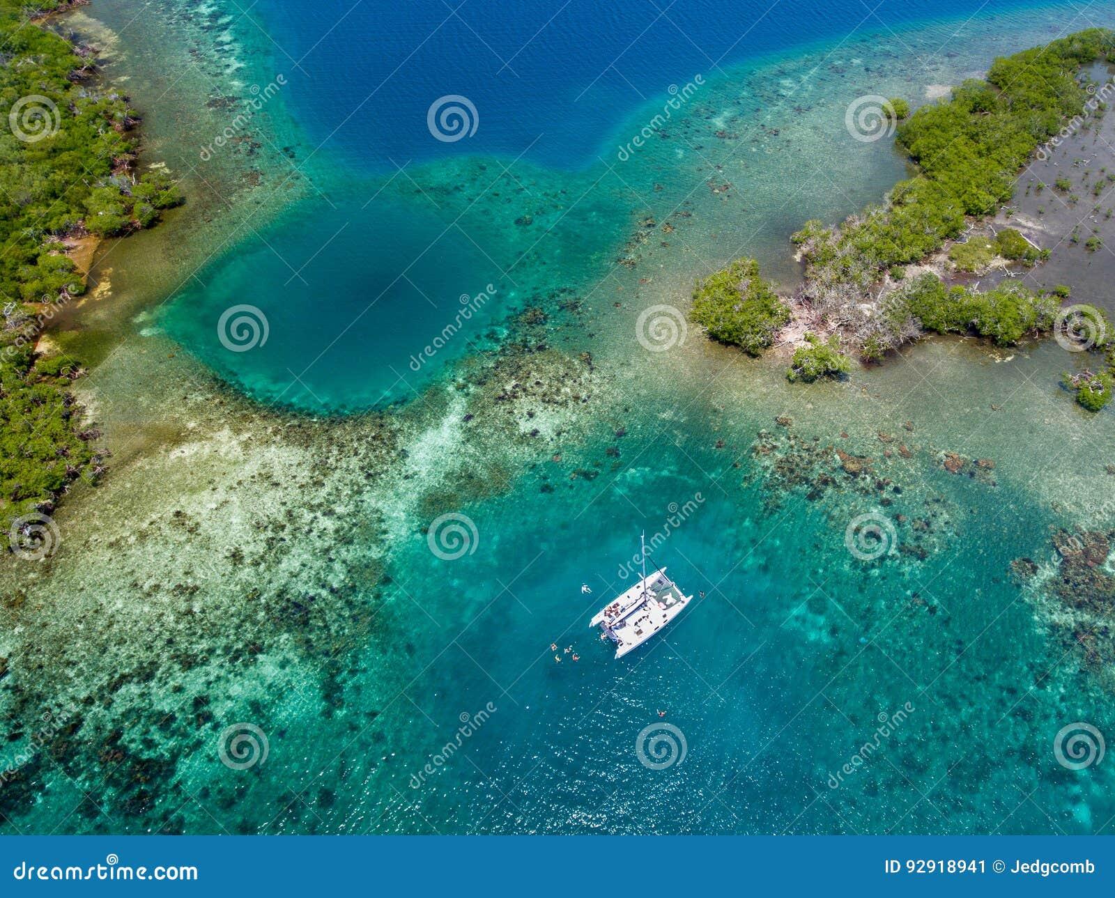 Καταμαράν στην κοραλλιογενή ύφαλο στην ακτή της Μπελίζ
