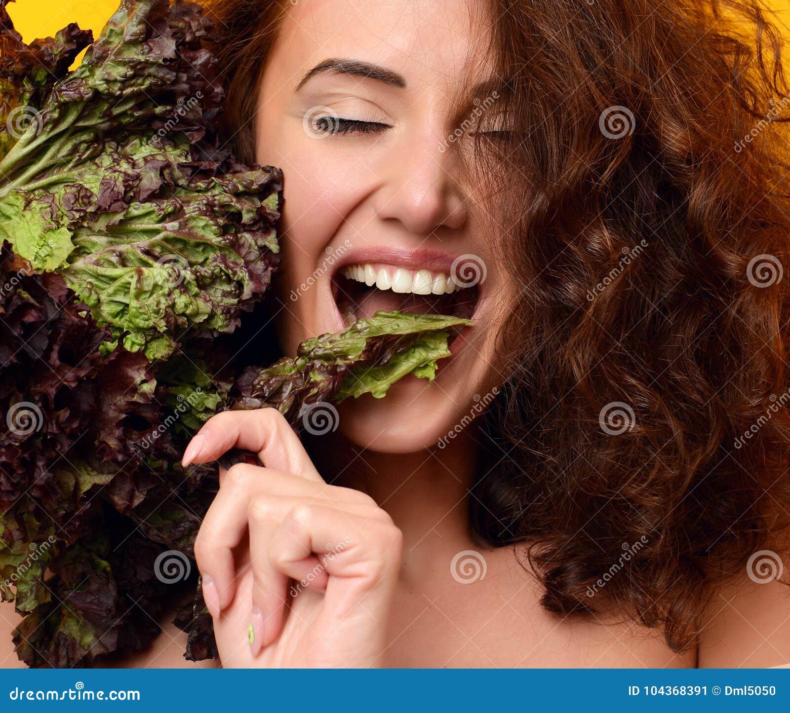 κατανάλωση έννοιας υγιής dieting Μαρούλι λαβής γυναικών που εξετάζει τη γωνία