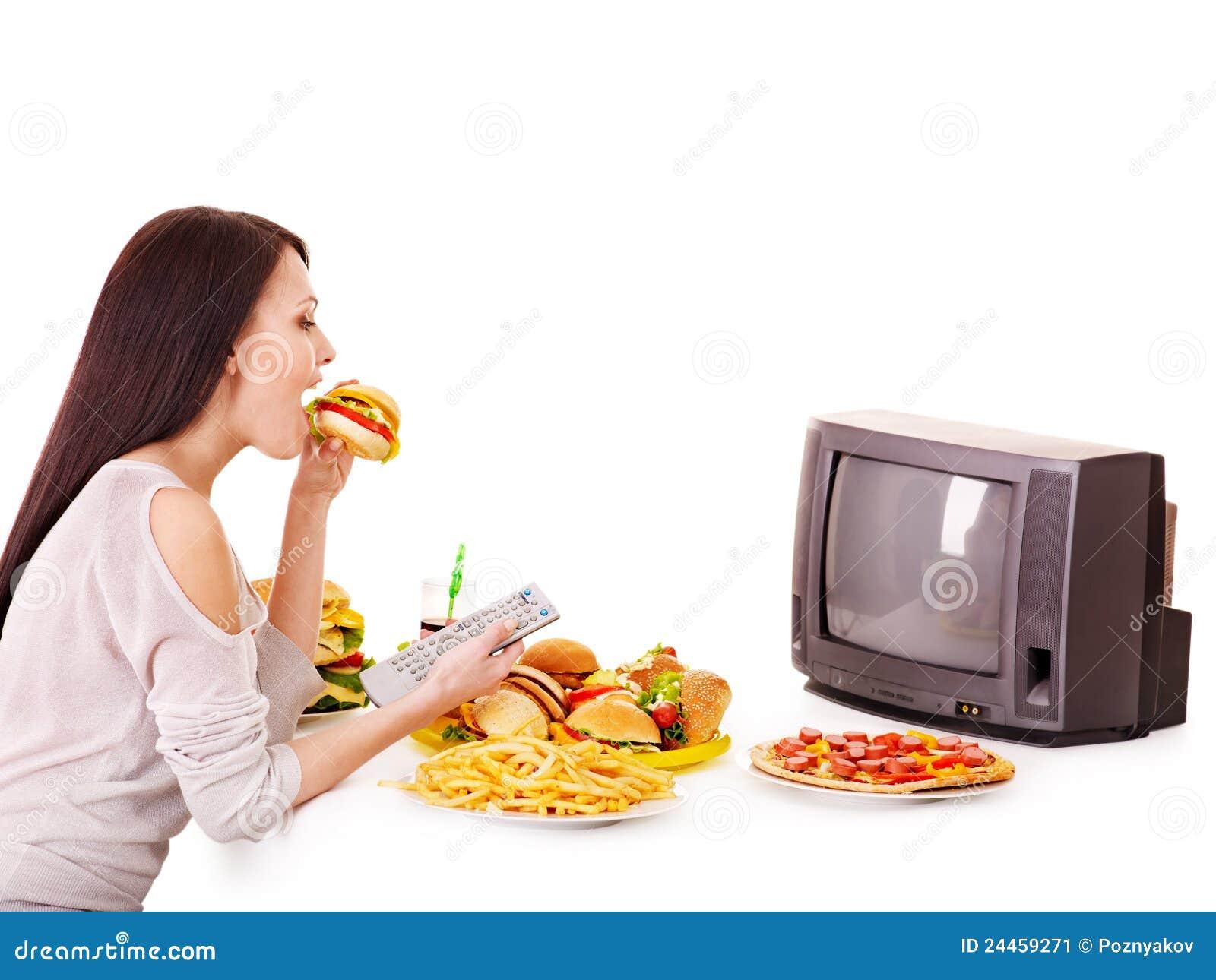 κατανάλωση της προσέχοντας γυναίκας TV γρήγορου φαγητού