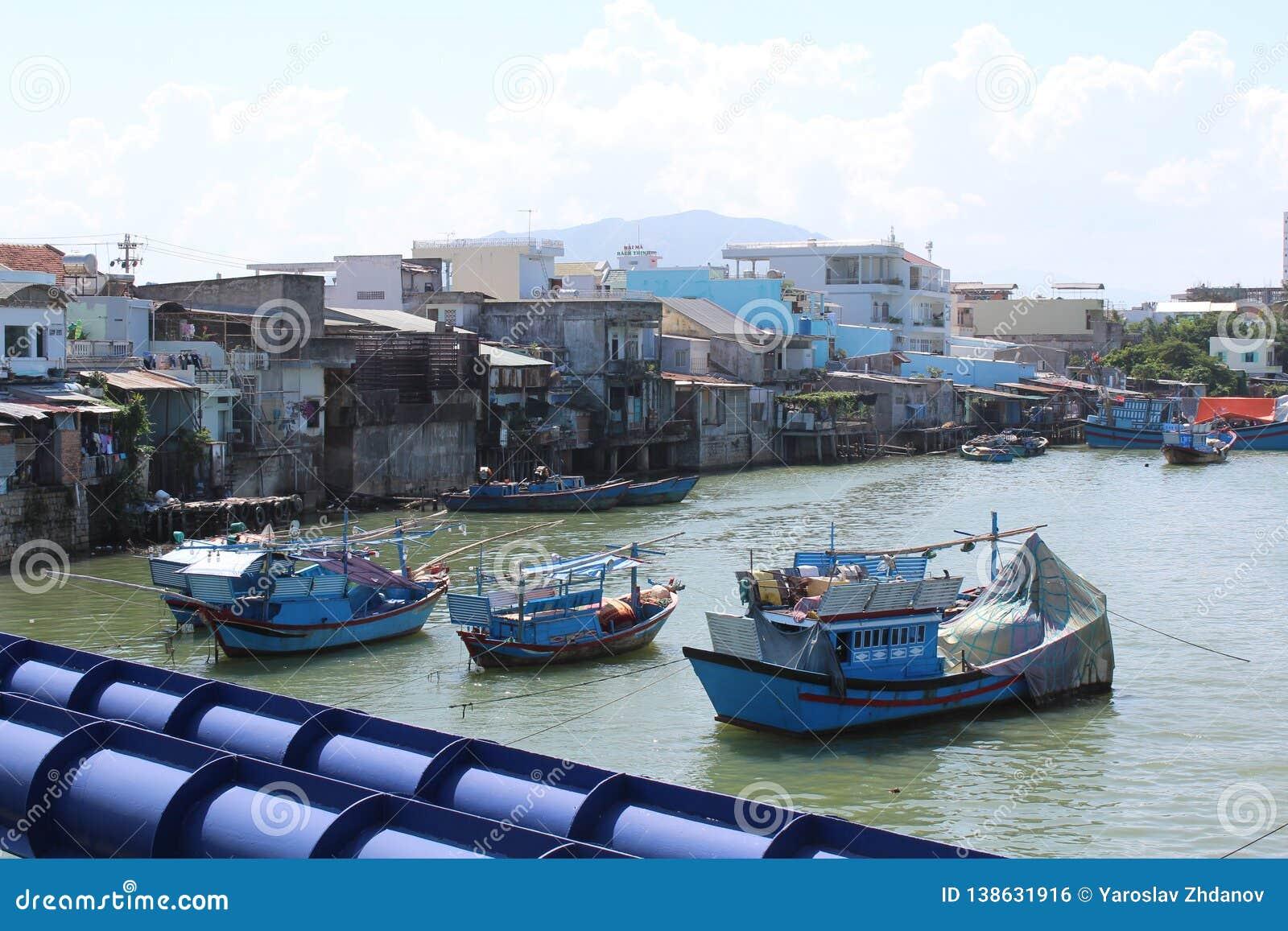 Καταπληκτική άποψη του λόφου Nha Trang με τα μπλε αλιευτικά σκάφη