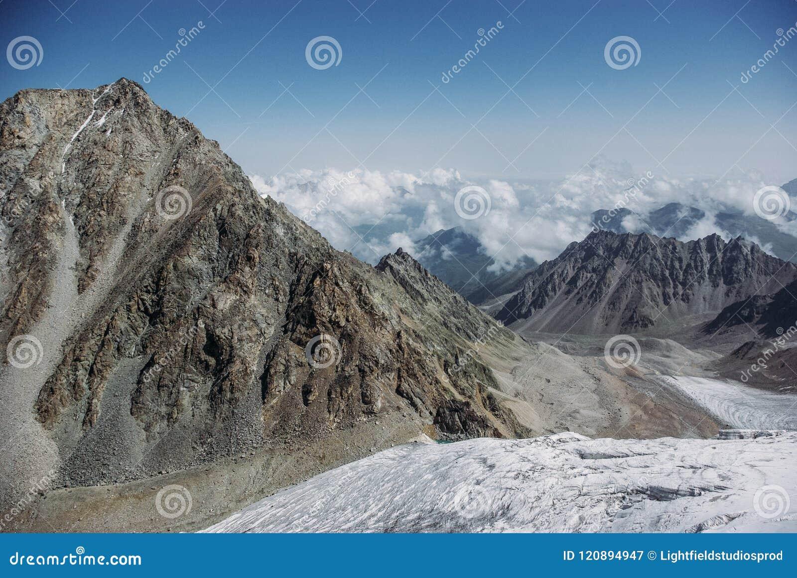 καταπληκτική άποψη του τοπίου βουνών με το χιόνι, Ρωσική Ομοσπονδία, Καύκασος,