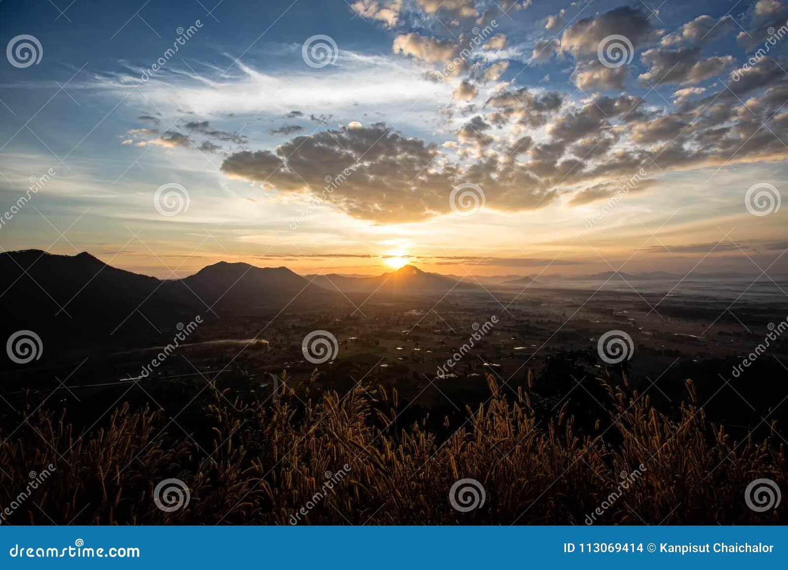 Καταπληκτικό θερινό ομιχλώδες τοπίο Όμορφο δραματικό υπόβαθρο τοπίων ουρανού φύσης κρητιδογραφιών στην έννοια θερινής ημέρας