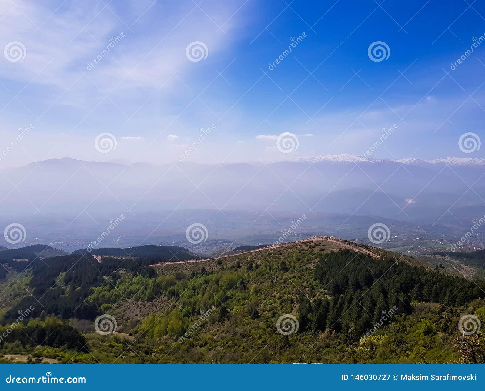 Καταπληκτικό τοπίο βουνών στο νεφελώδη ουρανό, φυσικό υπαίθριο υπόβαθρο ταξιδιού