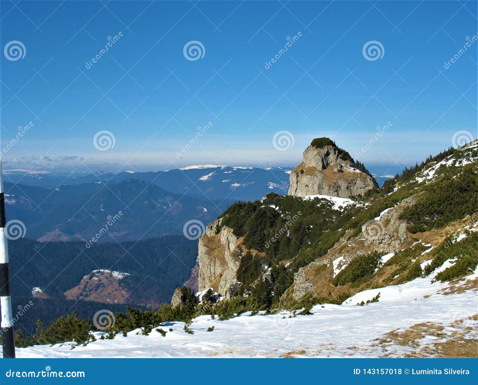 Καταπληκτικό τοπίο ρουμανικά Carpathians το χειμώνα