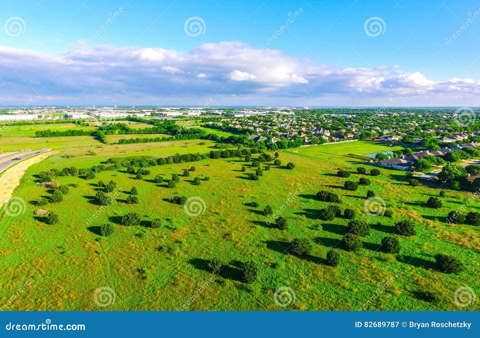 Καταπληκτική άποψη ματιών πουλιών ` s πέρα από τη γεωργική γη αγροκτημάτων στη χώρα Ώστιν Τέξας Hill του Τέξας