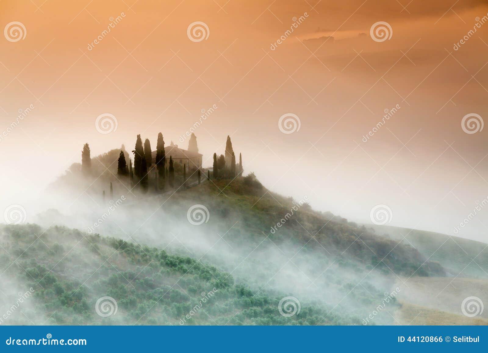Καταπληκτική ομιχλώδης ανατολή στην επαρχία της Τοσκάνης, Ιταλία