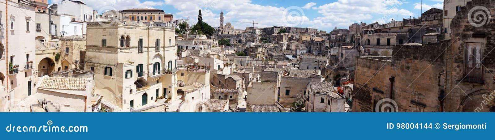 Καταπληκτική πανοραμική άποψη από ένα μπαλκόνι του χαρακτηριστικού Di $matera και εκκλησία Sassi πετρών του ευρωπαϊκού κεφαλαίου