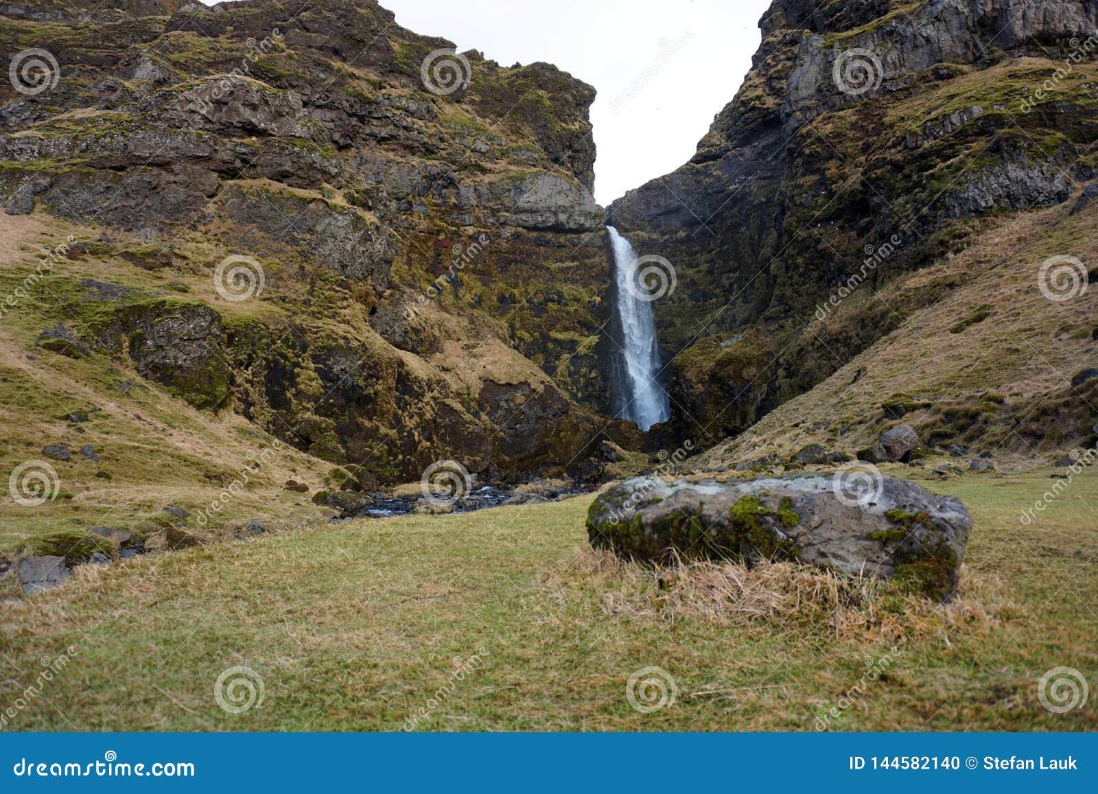 Καταρράκτης κοντά σε Asolfsskali το φθινόπωρο της Ισλανδίας