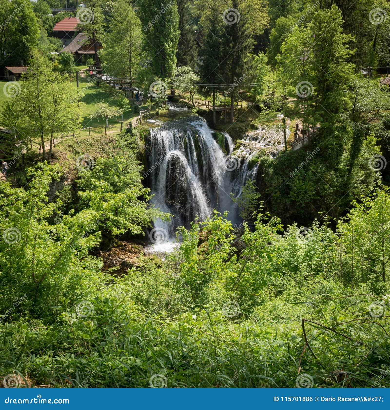 Καταρράκτης στον ποταμό Korana στο χωριό Rastoke Κοντά σε Slunj στην Κροατία