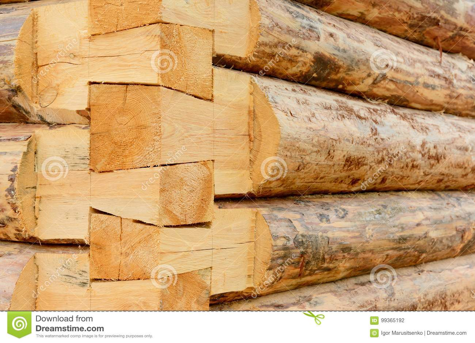 2f7d0a26bd0b Κατασκευή ενός ξύλινου σπιτιού φιαγμένου από κούτσουρα Μέρος ενός πλαισίου  της αγροτικών γωνίας και του τοίχου σπιτιών