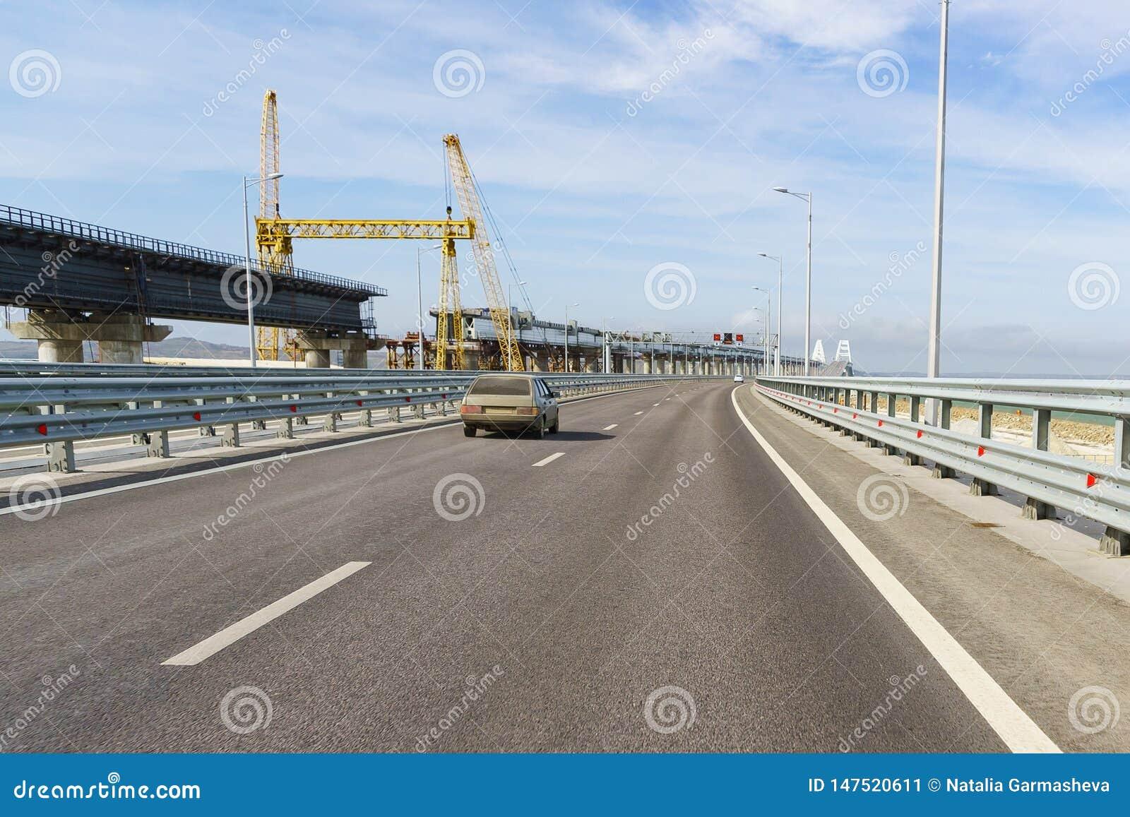 Κατασκευή μιας γέφυρας σιδηροδρόμων κοντά στην οδική γέφυρα πέρα από το στενό Kerch