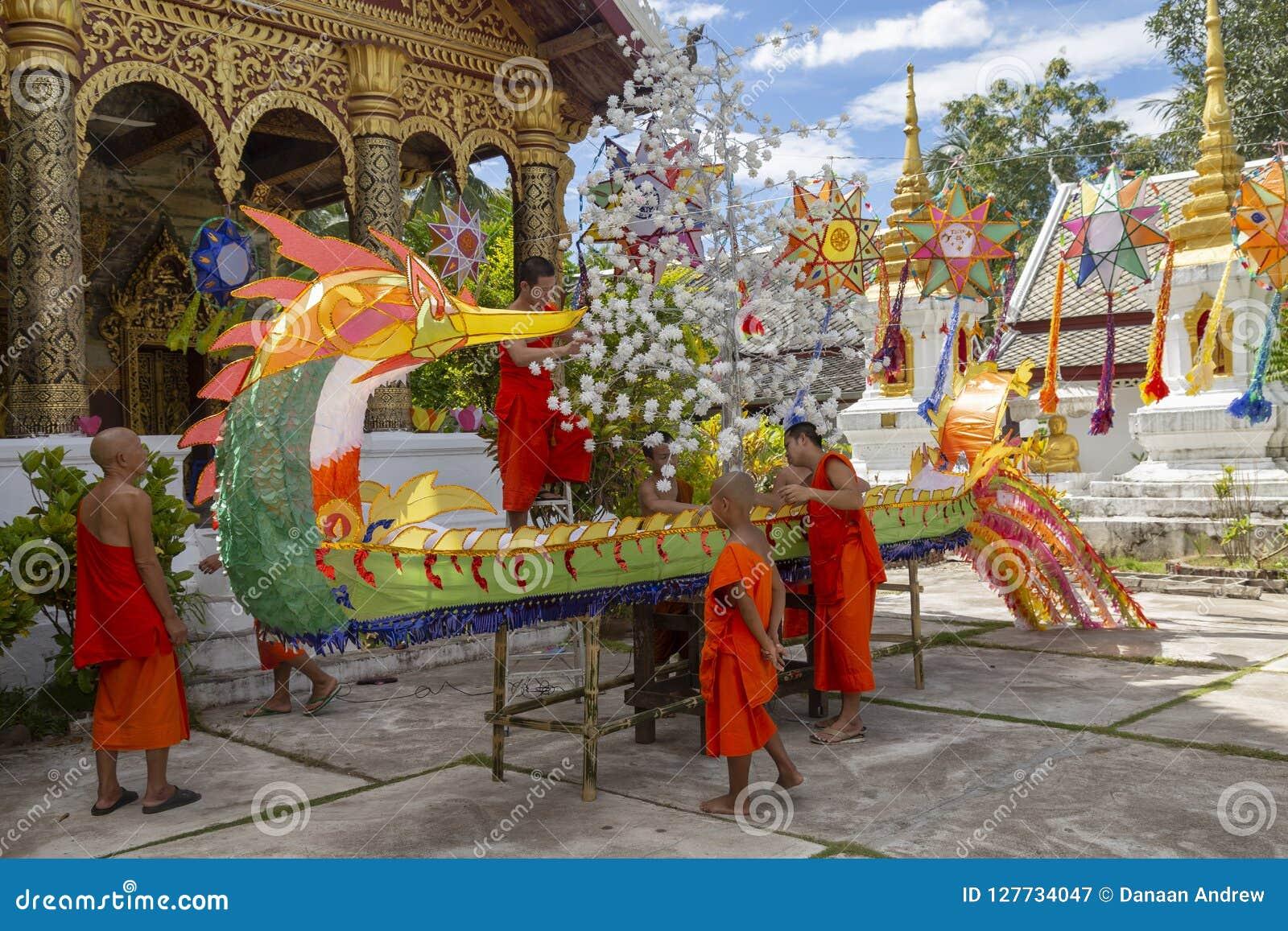 Κατασκευή μιας εθιμοτυπικής βάρκας σε Luang Prabang