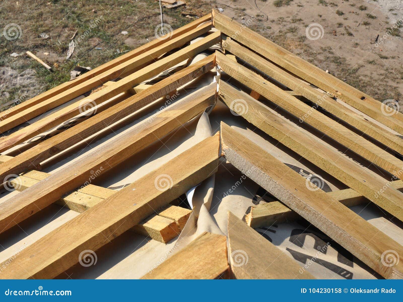Κατασκευή υλικού κατασκευής σκεπής γωνιών στεγών σπιτιών Εγκαταστήστε τη στέγη σπιτιών με τα ξύλινες ζευκτόντα και τη μεμβράνη μό