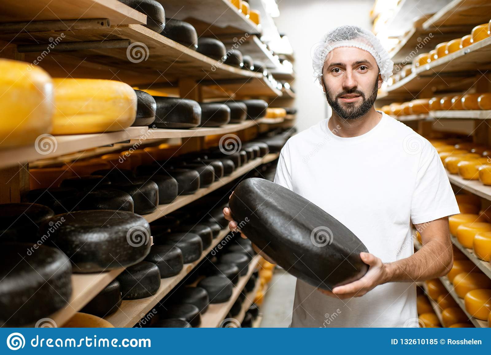 Κατασκευαστής τυριών στην αποθήκευση τυριών