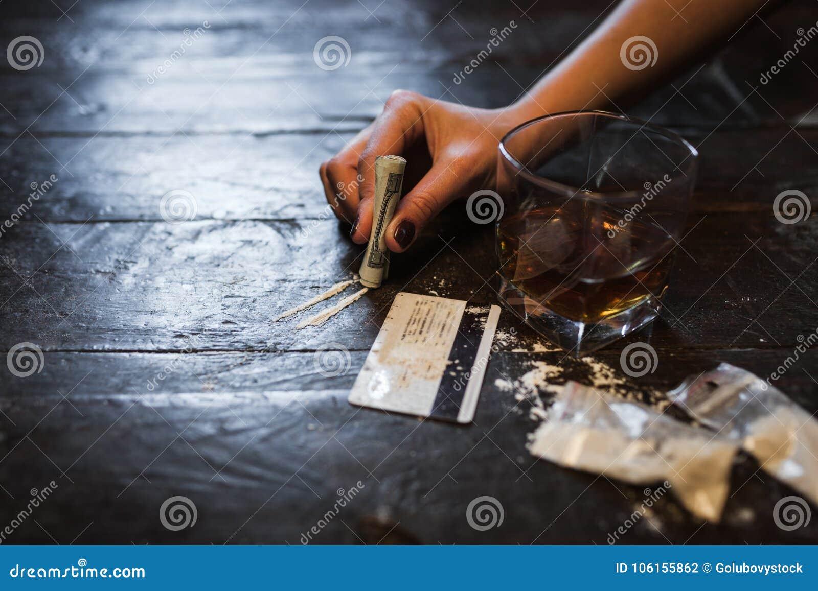 Καταστρεπτικός τρόπος ζωής εθισμού οινοπνεύματος κοκαΐνης