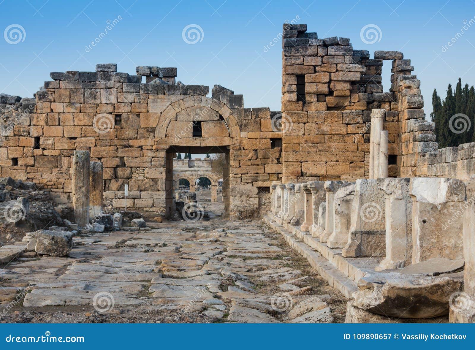 Καταστροφές του ναού Appollo με το φρούριο πίσω σε αρχαίο Corinth, Πελοπόννησος, Ελλάδα