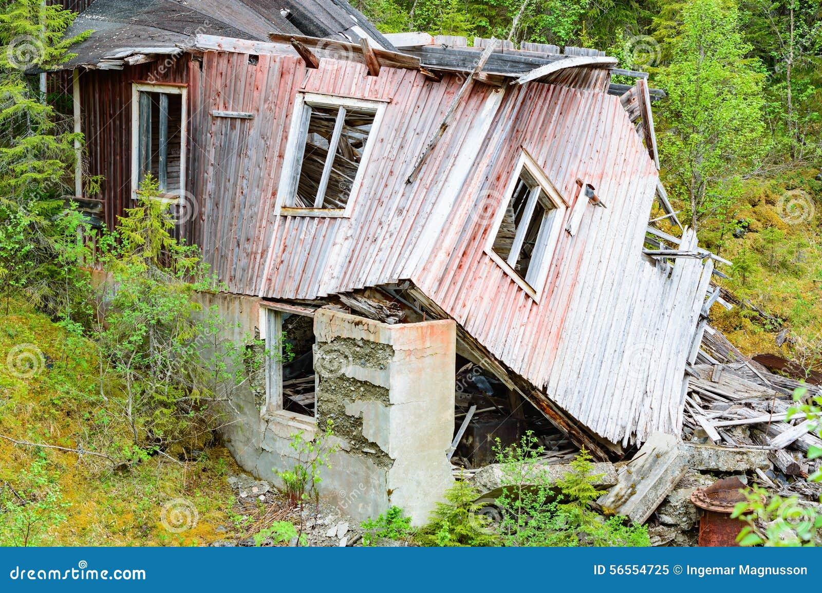 Download Καταστροφή κοντά στον ποταμό Στοκ Εικόνα - εικόνα από σπίτι, πτώση: 56554725
