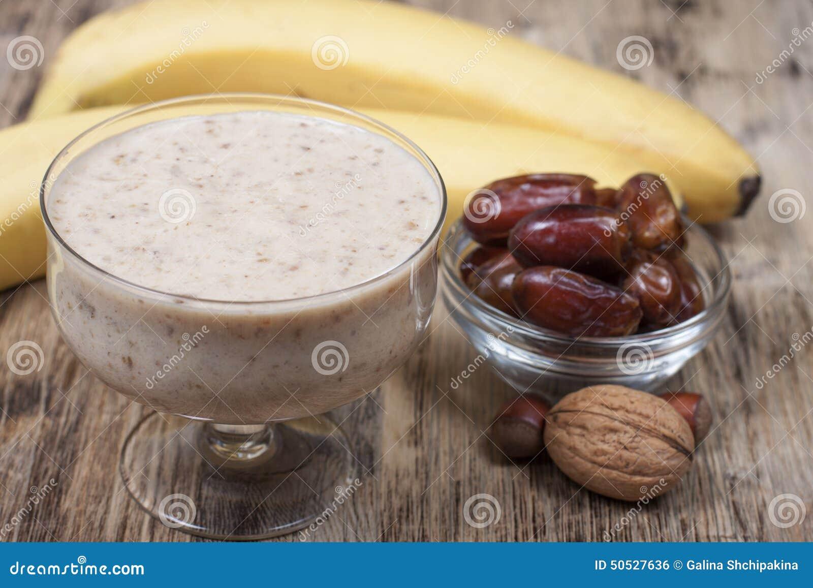 Καταφερτζής με μια μπανάνα με τις ημερομηνίες και τα καρύδια