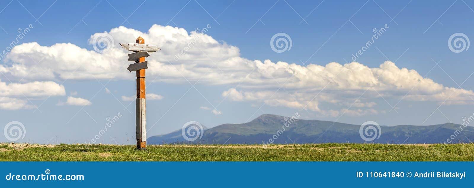 Κατευθύνσεις πορειών τουριστών που παρουσιάζονται σε ένα παραδοσιακό σημάδι κατεύθυνσης ι