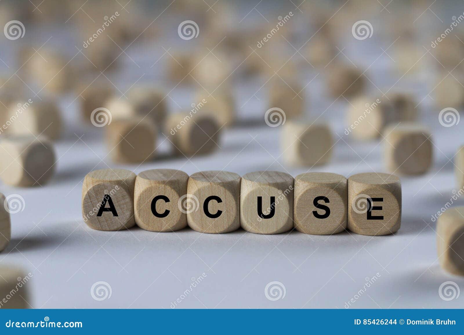 Κατηγορήστε - κύβος με τις επιστολές, σημάδι με τους ξύλινους κύβους