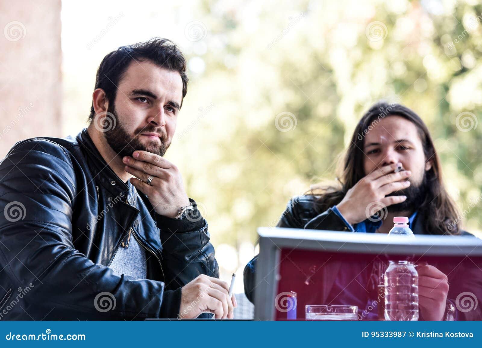 Κατοχή ενός καπνού με μια μπύρα Φωτισμός ενός τσιγάρου