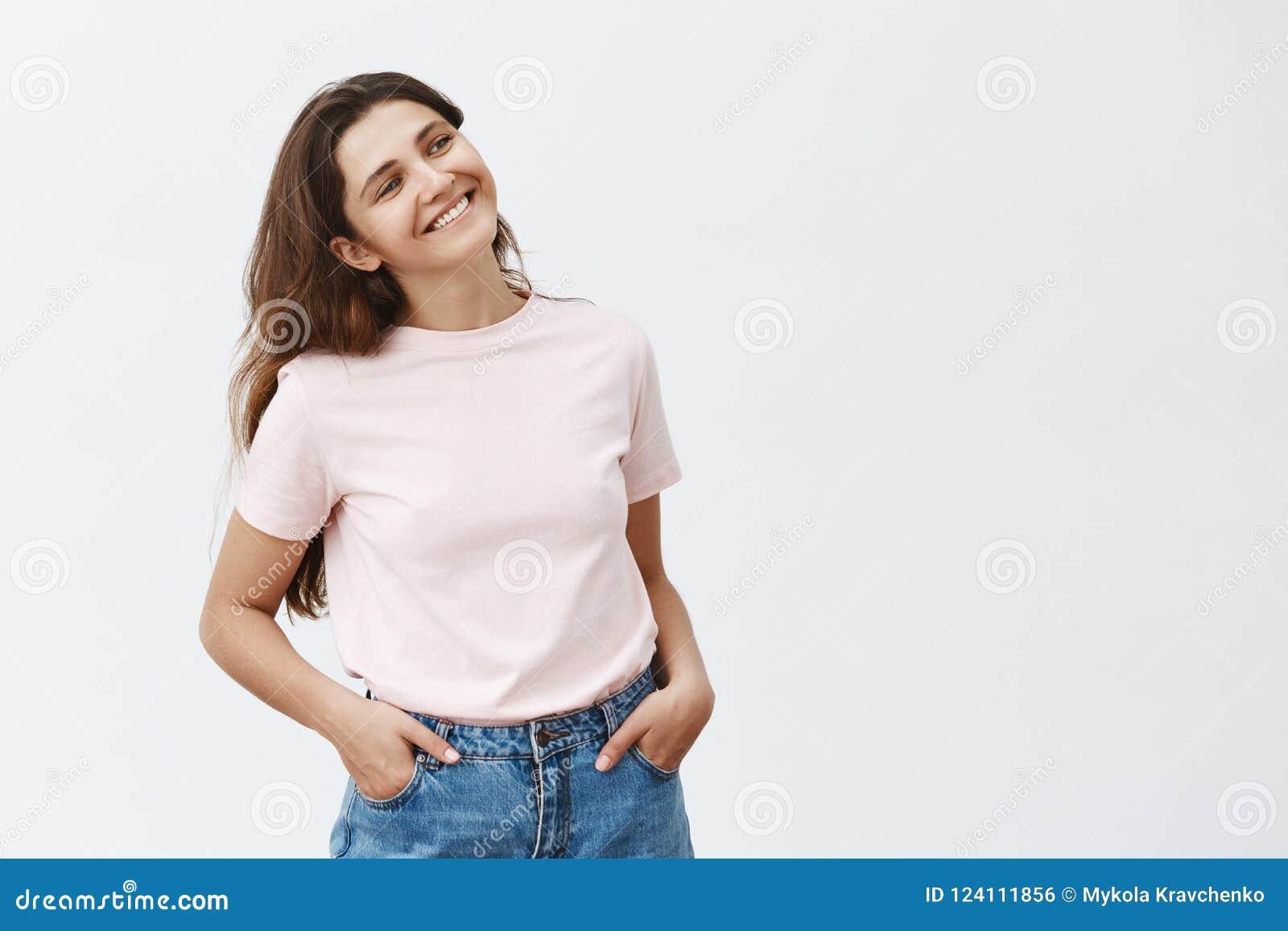 Κατοχή του flirty converation με το συνάδελφο που ανταλλάσσει τα χαριτωμένα βλέμματα Πορτρέτο του όμορφου θηλυκού brunette στο μο