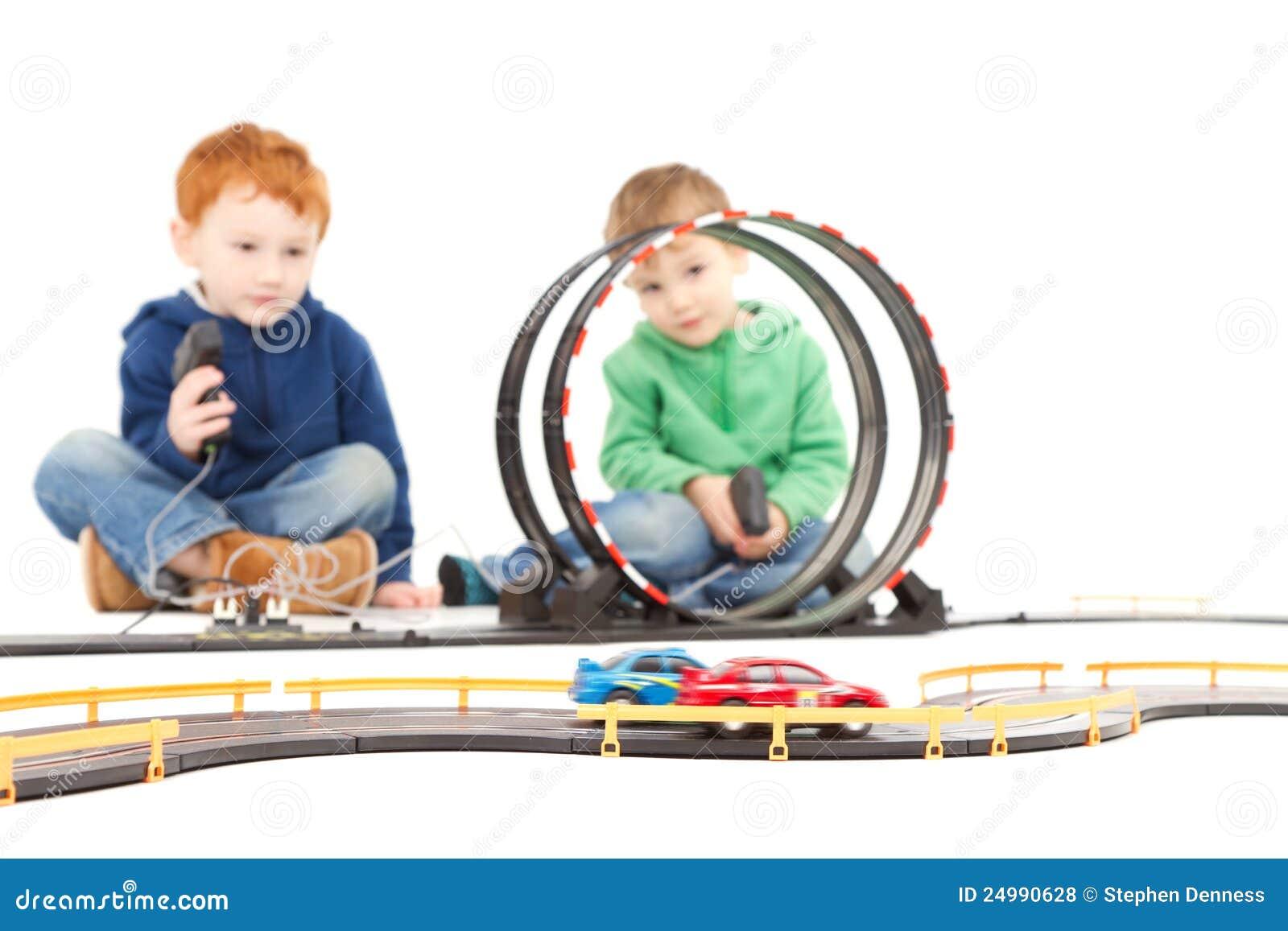 κατσίκια παιχνιδιού παιδιών αυτοκινήτων που παίζουν το παιχνίδι συνεδρίασης αγώνα