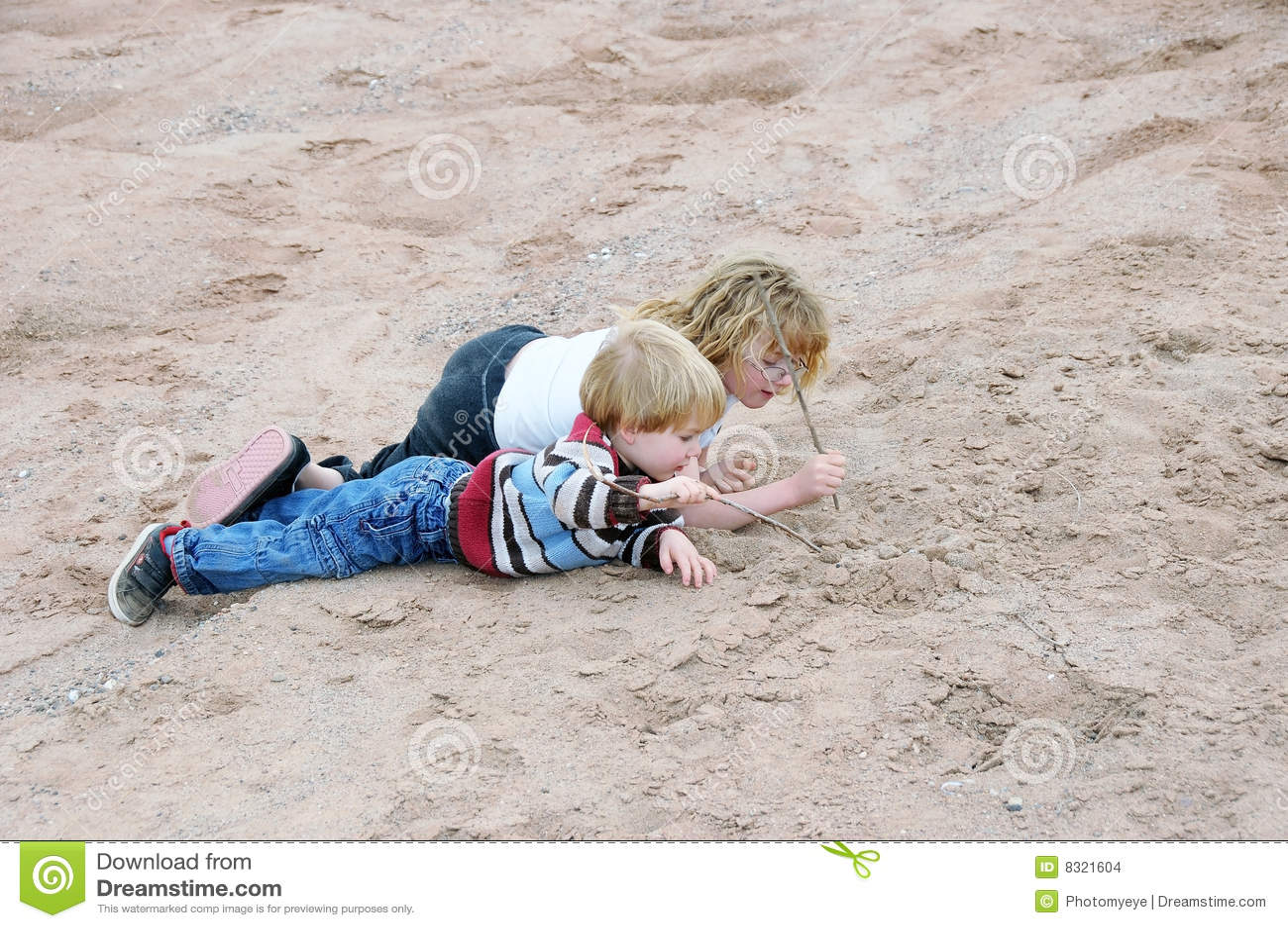 κατσίκια που παίζουν την άμμο